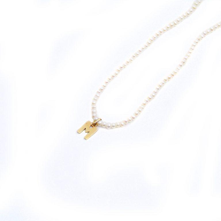 Gargantilla-perlas-y-inicial-de-plata-chapada-en-oro